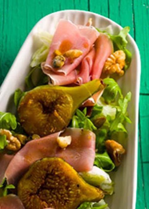 Carpaccio de presunto com figos caramelizados e nozes