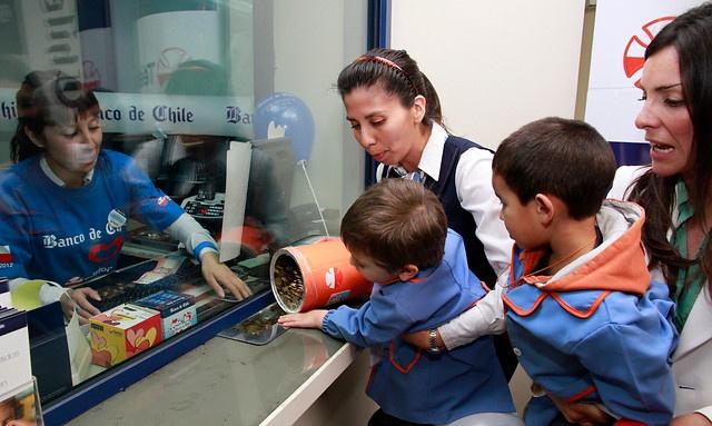 30 de Noviembre del 2012/SANTIAGO  El jardín infantil Vitamina hace la primera donación del día para la Teletón. Niños de entre dos y cuatro años van a una sucursal del Banco de Chile de Apoquindo con una alcancía.-FOTO: ALEX DIAZ DIAZ/AGENCIAUNO