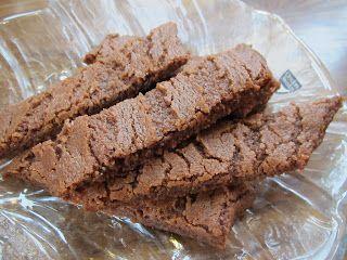 Smakar nästan som kladdkaka. Ca 30 st Ingredienser: 200 g smör 2,5 dl strösocker 1,5 msk ljus sirap 3 msk kakao 2 tsk vaniljsocker 2...