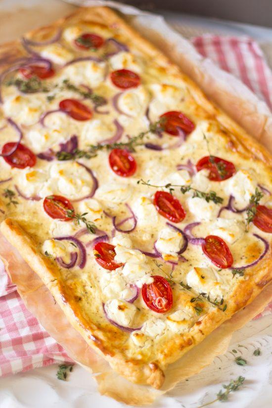 Bladerdeeg tomaten geitenkaas taart recept. Ruim je koelkast op met deze simpele maar smakelijke taart. Met tomaatjes, tijm, ui en geitenkaas.