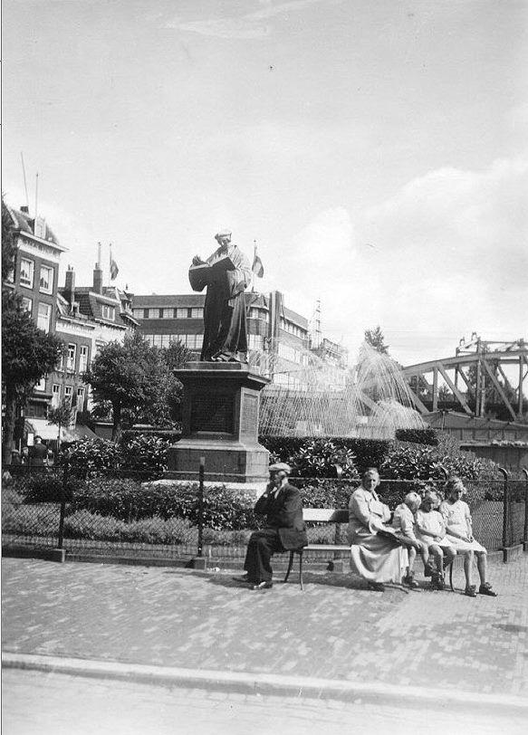 Het beeld van Erasmus op de Grotemarkt in 1938.