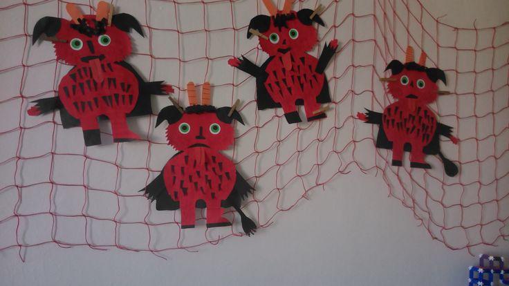 Papírový čert, formát A3, potřít červenou barvou, vystřihnout tělo čerta.Ostatní části jsou z měkkých barevných papírů.