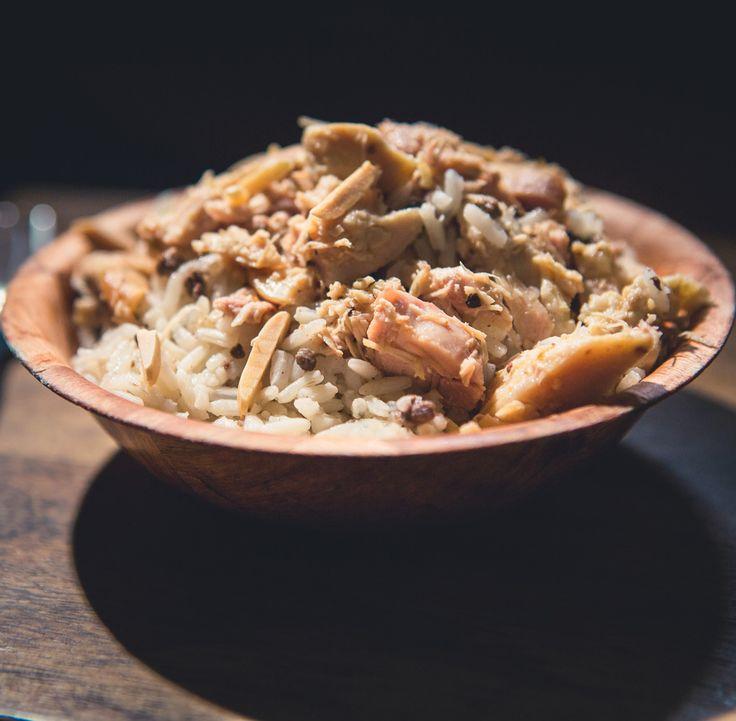 Essayez à la maison de cuisiner le fameux riz libanais. Cette recette traditionnelle est présentée par Goerges Medlej dans l'émission RESTO MUNDO. Le riz et accompagné d'hauts de cuisse et de poitrines de poulet cuites avec des épices méditerranéennes.