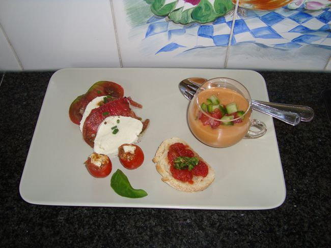 Recept voor Gazpacho of koude tomaten-komkommersoep. Meer originele recepten en bereidingswijze voor soepen vind je op gette.org.