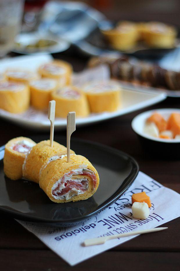 Rollitos de tortilla rellenos de salmón y queso crema