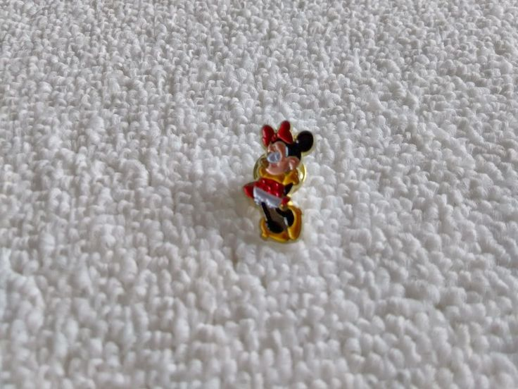 Vintage France/French Minnie Mouse Disney pin badge