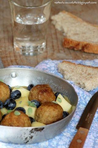 Polpette in salsa di senape con mele e mirtilli.  www.donna-in.com   #ricette #cucina