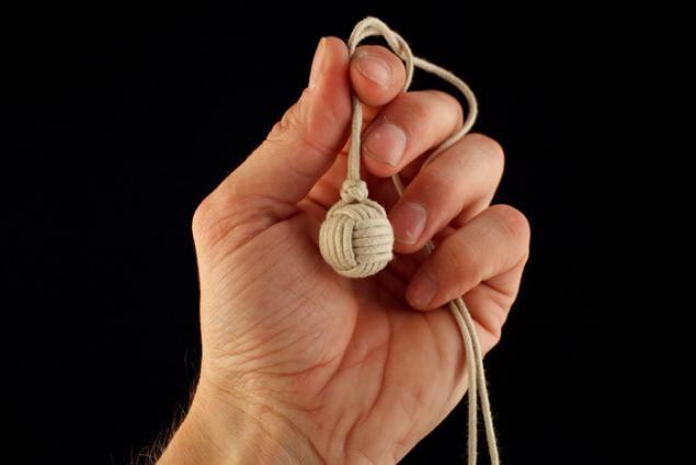 Existem vários tipos de laços e são usados para as mais diversas finalidades. E um muito conhecido, porém difícil de se fazer é o famoso nó bolinha. Você sabe como se faz um nó como esse que tem o formato de uma bolinha e remete a um punho? Então, vamos te ensinar:
