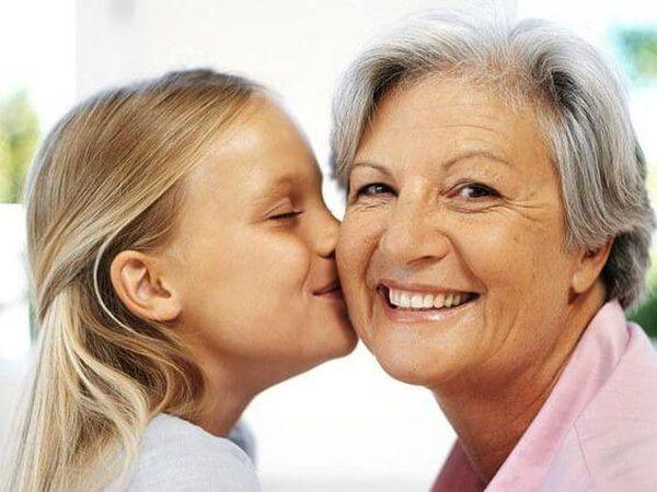 Entre la abuela materna y sus nietos existe una conexión especial, pero que a nadie sorprende. Esta imagen es muy importante en la vida de un niño por diversas razones, no solo se trata del