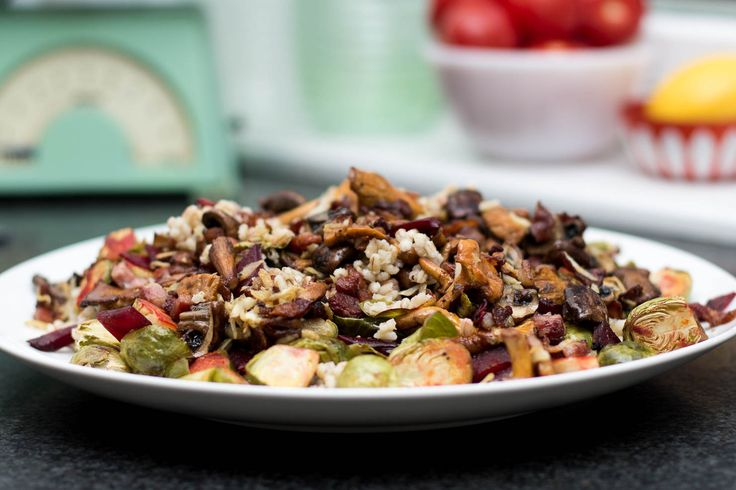 Featured | Høstens byggrynsalat med rosenkål, rødbeter og bacon