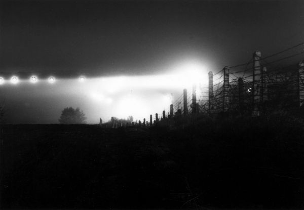 Abriegelungsmaßnahmen an der Grenze zu Reinickendorf Ausleuchtung der Sektorengrenze bei Lübars mit Scheinwerfern, um nächtliche Fluchtversuche zu unterbinden 18. Mai 1965