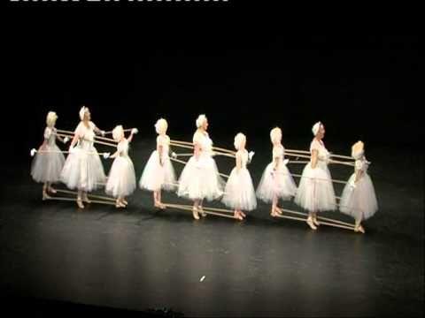 On dirait 9 ballerines sur scène. Mais quand la musique commence, le public comprend ce qu'elles sont vraiment!