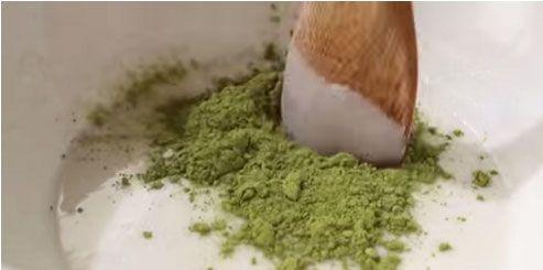 trộn hỗn hợp bột trà xanh để làm vỏ bánh mochi
