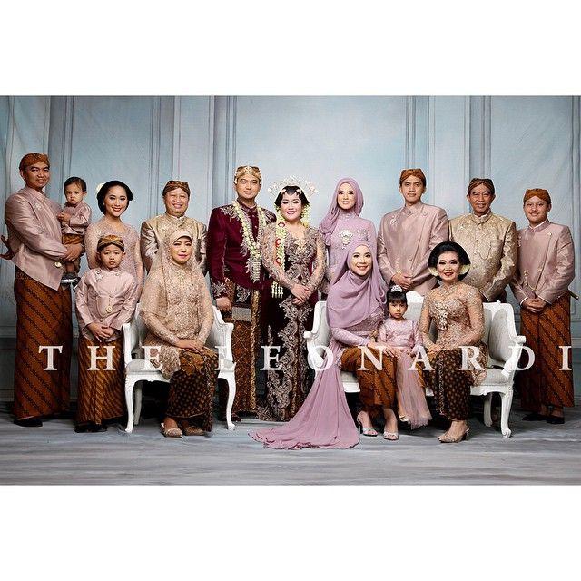 @rillalusiana & @avieputra ... #weddingday #wedding #pengantin #family  ___ Photo : @theleonardi Paes : @ambarpaes_jakarta  MUA : @adiadrian_ds  WO : MKE Kebaya & Beskap : @verakebaya  Venue : @hotelmuliajkt ___