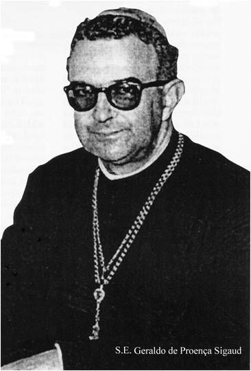 """""""Quando a força está a serviço do Direito (contra o comunismo), é hora de nós, bispos e padres, benzermos as carabinas, os revólveres e as balas"""". Palavras de D. Geraldo Sigaud que ecoam a doutrina católica da """"guerra justa""""."""