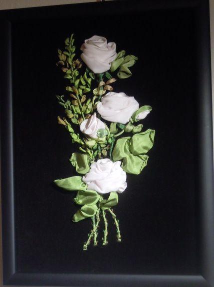 Composizione ricamata su velluto naturale con nastro di seta. Visita www.mika-ok.gallery.ru