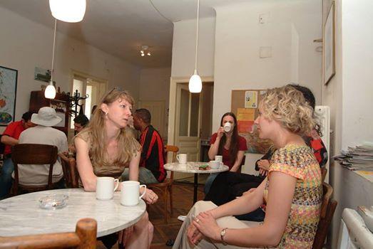Kommunikation in unserem Pausenraum. Unsere Teilnehmerinnen sollen sich wohlfühlen und als privates Sprachinstitut legen wir großen Wert auf Dienstleistungen mit höchster Qualität.