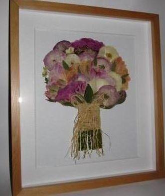 prensado y enmarcado de ramo de novia con peonías en colores pastel.