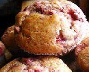 Mélanger le gruau et le lait et laisser gonfler le gruau. Mélanger ensemble la farine, la poudre à pâte, le bicarbonate de soude et le sel, et ajouter au gruau. Ajouter la cassonade, l'oeuf battu, le beurre fondu et bien mélanger. Ajouter les fraises congelées. Placer dans des moules à muffins, et faire cuire au four à 375 degrés pendant 25 à 30 minutes