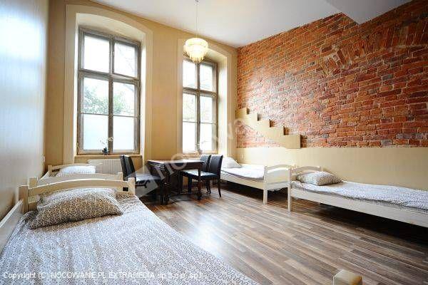 Polecamy kwatery we Wrocławiu. Do wyboru jest 900 miejsc noclegowych w 60 lokalizacjach. 46 mieszkań w różnych częściach miasta. Więcej informacji na http://www.nocowanie.pl/noclegi/wroclaw/kwatery_i_pokoje/58917/