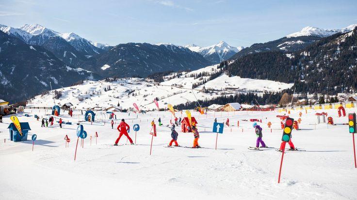 Kostenlose Skikurse für Kinder und professionelle Kinderbetreuung in den Skigebieten sorgen für einen entspannten und sorglosen Skiurlaub mit der Familie.