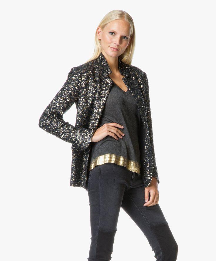 Zadig et Voltaire komt met een trendy korte blazer in een rock-chique ontwerp met zwarte en gouden pailletten.