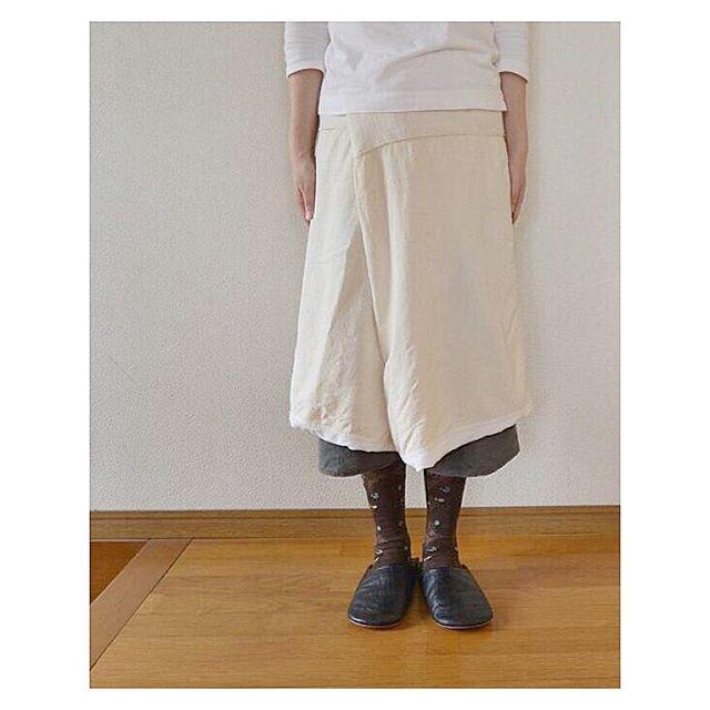 2016.09.15..今日のサロン.* 袋サロン* ゴムズボン 鉄色.履きこまれて やわやわになってる袋サロン白系の織柄木綿やシルクと思われる布がつながって、とってもキレイです〜。今日は生成り色の部分をたくさん見せて履いてます(^^)..#百草サロン #antipast