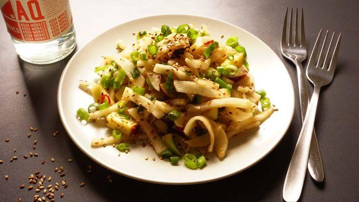 Radi-Salat mit Äpfeln: Radi ist ja schon würzig, wir setzen noch einen drauf mit Chili und Zwiebeln. Der kleine aber feine Sesam kickt das Ganze. An Guadn!