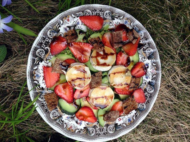 Mansikka-vuohenjuustosalaatti // Strawberry & Goat Cheese Salad Food & Style Pipsa Airaksinen, Terveen hyvää Photo Pipsa Airaksinen www.maku.fi