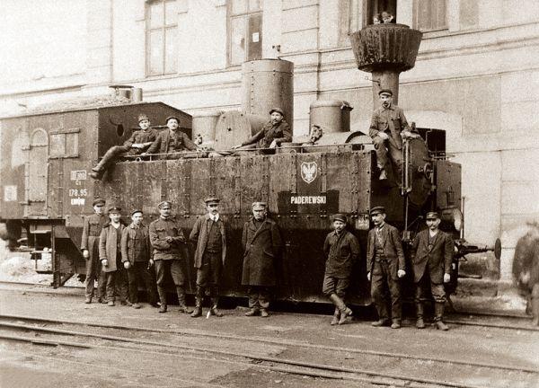 Kolejarze – żołnierze na tle pociągu pancernego podczas wojny polsko-rosyjskiej we Lwowie