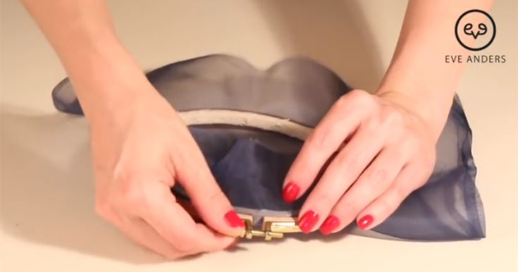 Запяливание ткани. Скажу абсолютно без преувеличения, что запяливание ткани — это 50 % успеха хорошей вышивки. Если запялить не ту ткань или нет так, то и работа и идет плохо, и деформируется после распяливания. Особенно это важно для тамбурной вышивки. Даже само название тамбурной вышивки происходит от слова Tambour, что в переводе — барабан, где полотно ткани запялено настолько крепко, что при постукивании получается звук, как у барабана.