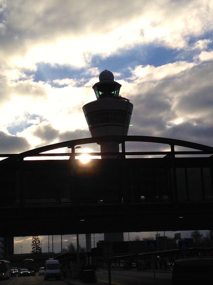 Atardecer y la Torre principal de control de tráfico aereo.