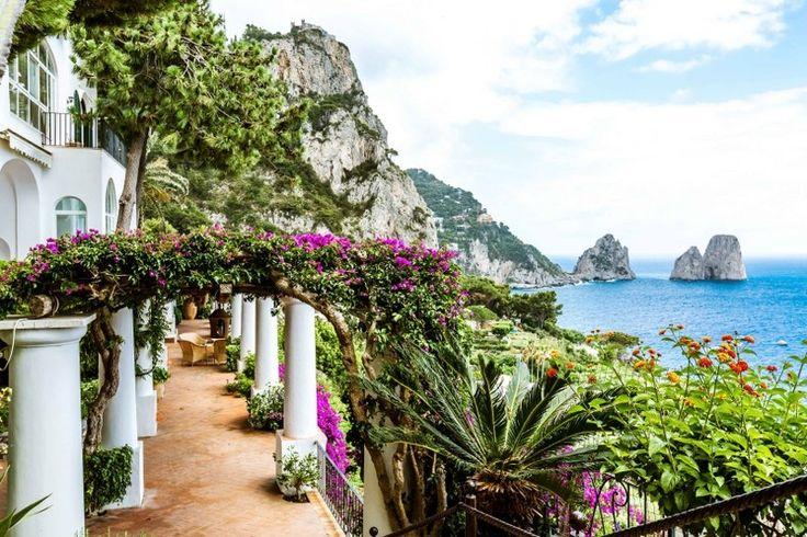 Sonhar de olhos abertos nesta residência de rara beleza em #Capri, a ilha mais glamourosa do mundo.  #glamour #IloveItaly #luxuryhome #verão http://br.luxuryestate.com/p30283741-mansao-em-venda-capri