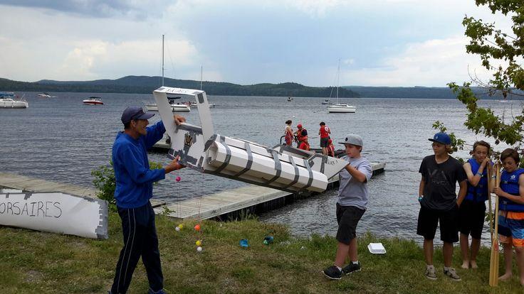 course de bateaux  en  carton très drôle dans le lac Témiscouata de  Cabano