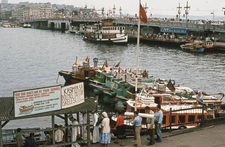 Eminönü'nden Galata Köprüsü ve Kasımpaşa Dolmuş Motor İskelesi / 1981 Manfred Lentz izniyle yayınlanmıştır: http://reiselust.me/