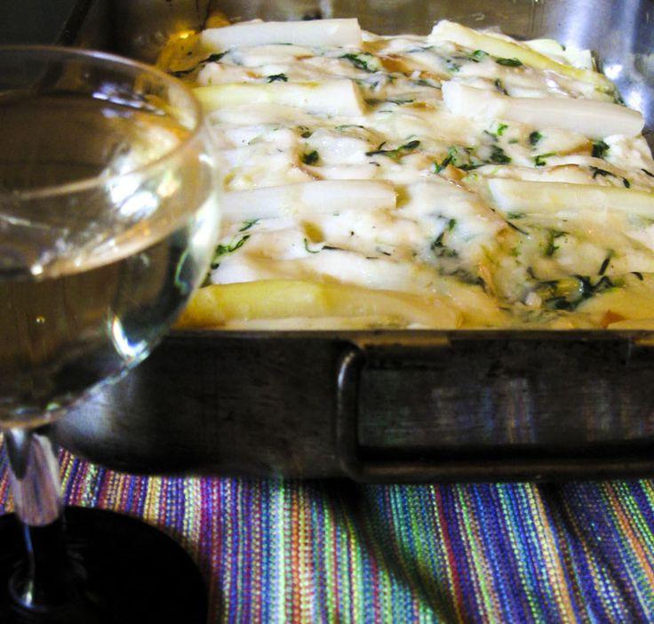 http://www.kitchengirl.it/piccole-chicche/pasticcio-alle-erbe-di-campo-ed-asparagi/ Primo piatto primaverile, #vegetariano ed allo stesso tempo #tradizionale per il #pranzo di #Pasqua! #Asparagi, erbe di campo e #scamorza per un #pasticcio delicato e gustoso... Nella bio il link del mio ultimo post su #kitchengirl .it ... #Piattiitaliani #Primoitaliano #pasqua2015 #piattovegetariano #italianfoodbloggers #ricetteperpassione #ricette #cucina