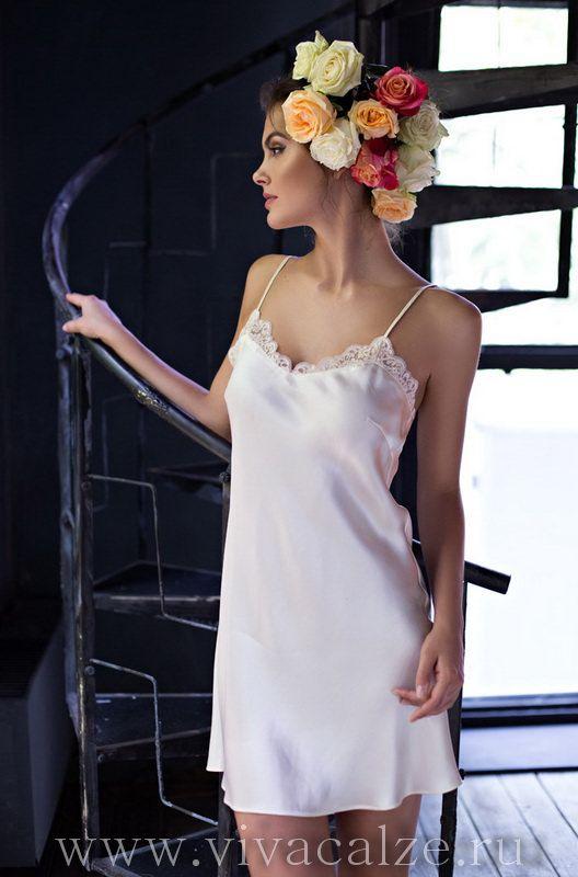 15110 Сорочка  Состав: 100% натуральный шелк  Коллекция KRISTY.  Короткая ночная сорочка Миа-Миа полуприлегающего силуэта с V-образным вырезом на полочке из натурального шелка.