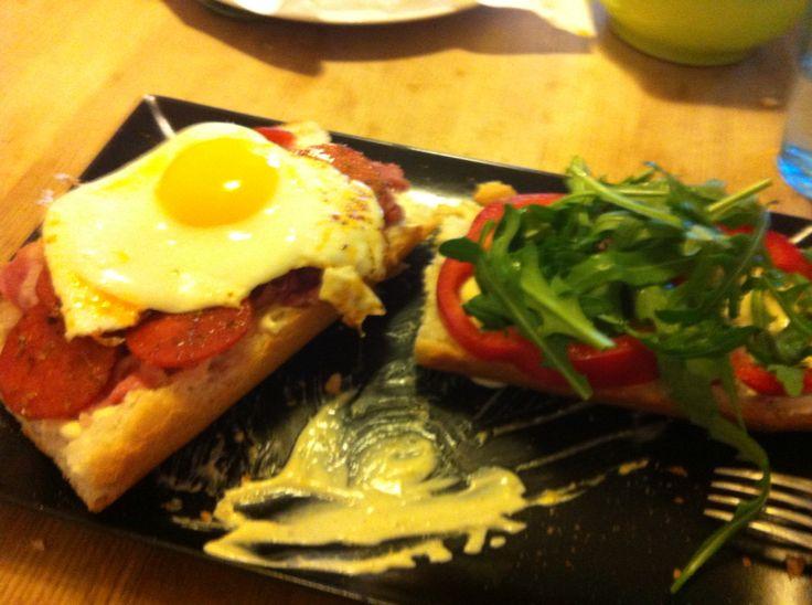 Utraditionel sandwich. Fik lyst til æg og brød, så det blev til en sandwich med spejlæg, peperoni, bacon, rucula, rød peber, rødløg og hjemmelavet karrydressing