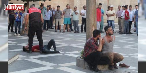 Şanlıurfa'da alkollü gençler bıçakla dehşet saçtı: Şanlıurfa'da, alkollü olduğu ileri sürülen 2 genç, belediye önünde bıçakla yoldan geçenlere dehşet saçtı. Vatandaşların tepki gösterdiği gençler, dövülerek polise teslim edildi.