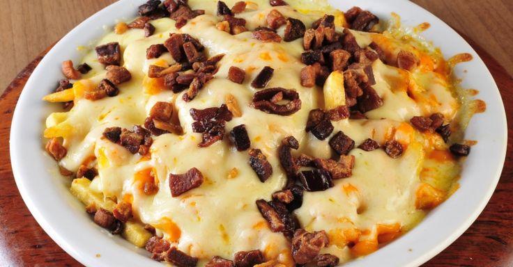 Com quantidades colossais de queijo e bacon, esta porção de batata frita pede a companhia de amigos e bebidas. Clique no MAIS para ver a receita