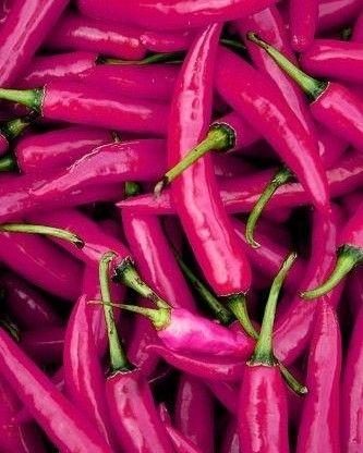 A pimenta é um dos ingredientes que mais estão associados à libido. Ela tem capsaicina substância que aumenta a transpiração a frequência cardíaca e favorece a circulação sanguínea. Essa combinação só poderia dar samba né?