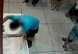 25-Aug-2015 10:04 - TAIWANEES STRUIKELT IN MUSEUM EN VERNIELT KOSTBAAR SCHILDERIJ. Een Taiwanese jongen heeft zondag per ongeluk een gat geslagen in een kostbaar schilderij uit de 17de eeuw. Tijdens een bezoek aan een expositie van Italiaanse kunst in Taipei struikelde de jongen van 12 toen hij voor het schilderij stond. Met zijn vuist ging hij vervolgens dwars door het olieverfschilderij Bloemen van de Italiaanse schilder Paolo Porpora. Het werk met een cataloguswaarde van 1,3...