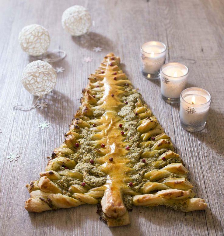 Pour votre apéritif de Noël, épatez vos invités avec ce feuilleté au pesto en forme de sapin ! Facile à faire et très original : succès garanti !