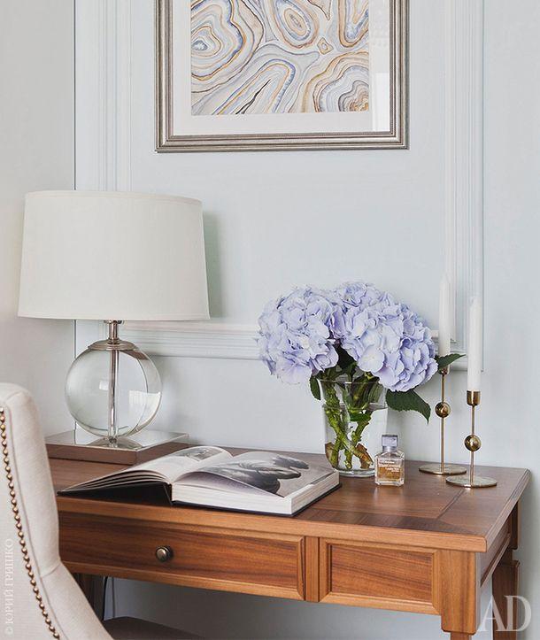 Фрагмент спальни. Рабочий стол сделан на заказ, Home Emotion. На стене акварельная работа дизайнера.
