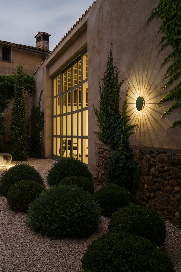 Eindrucksvolle Schattenspiele Und Warme Lichtstimmung Im Garten Und Der Terrasse Wandleuchte Licht Schattenspi Im Freien Aussenwandleuchte Aussenbeleuchtung