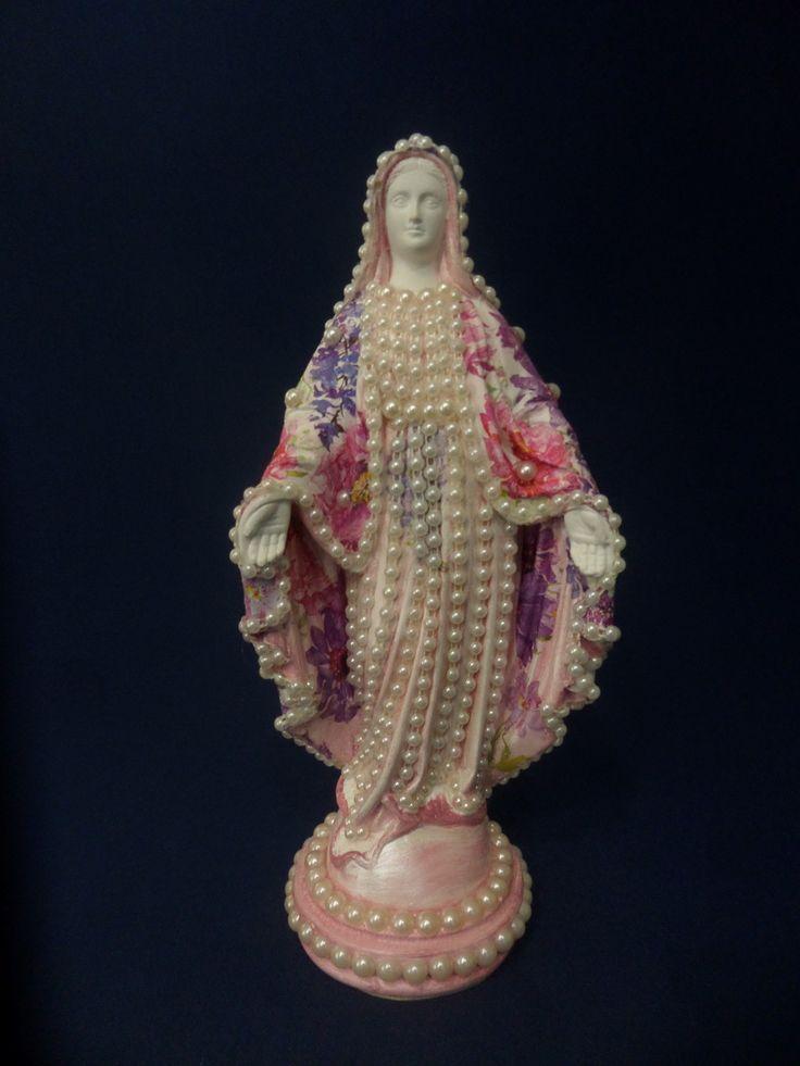 Linda imagem de Nossa Senhora das Graças com manto de com decoupage floral com cores intensas.  Imagem em gesso, pintada em ranco e rosa perolado , com aplicação de perolas no manto e na base.  Preços especiais a partir de 5 unidades.