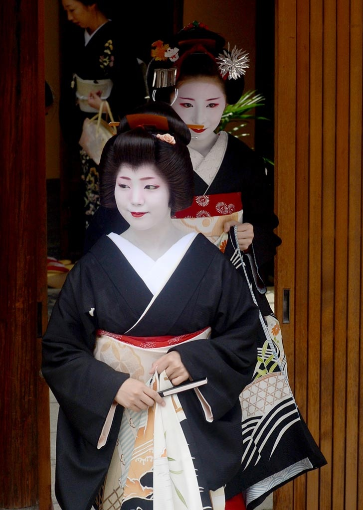 Hassaku - An annual event of Geiko visiting their masters and tea house to show their appreciation with gifts, was held on August 1 in Kyoto, Japan