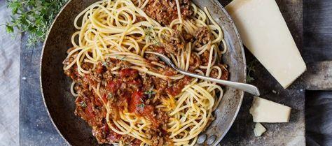 Hier een klassiek recept voor Spaghetti Bolognaise. Geen recept met potjes maar een recept met enkel verse ingrediënten dat niet naar tomaten smaakt maar...