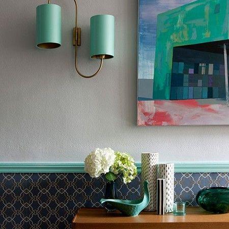 Добавляем прихожей ярких красок: 15 свежих идей Как правило, мы не слишком задумываемся об украшении прихожей. Белые или бежевые обои, вешалка для одежды и ящик для обуви – стандартный вид этого небольшого помещения.  Сегодня мы предлагаем вам добавить своей прихожей цвета. Пусть она встречает вас и ваших гостей яркими красками, с порога создавая отличное радостное настроение. Вы можете как покрасить стены в сочный насыщенный цвет, так и поклеить пестрые необычные обои. А можно просто…