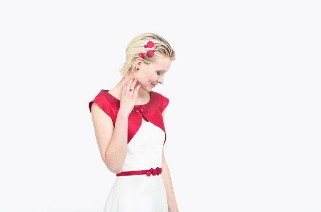 noni Lieblinge   kurzes freches Brautkleid mit rotem Gürtel und roter Tüllkante, passendes Jäckchen zum Brautkleid mit roten Knopf Details (www.noni-mode.de - Foto: Le Hai Linh)